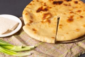 Осетинский пирог с творогом, сыром и зеленью