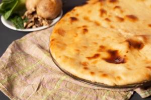 Осетинский пирог с картофелем, грибами и зеленью