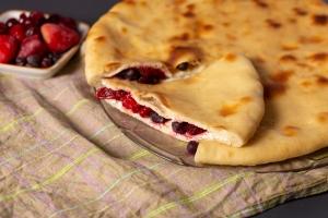 Осетинский пирог с творогом, клубникой и смородиной